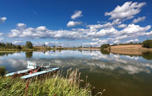 катамаран и водный пейзаж