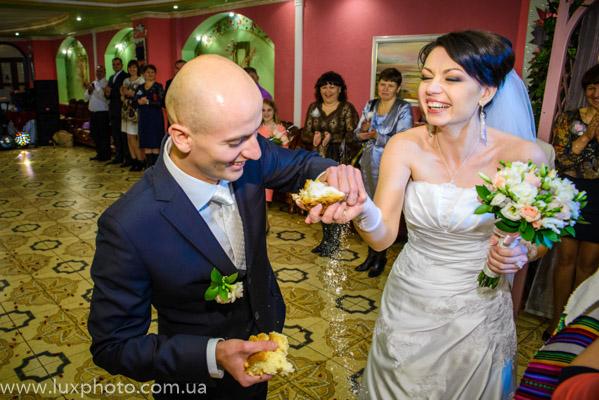 свадебный каравай и встреча молодых