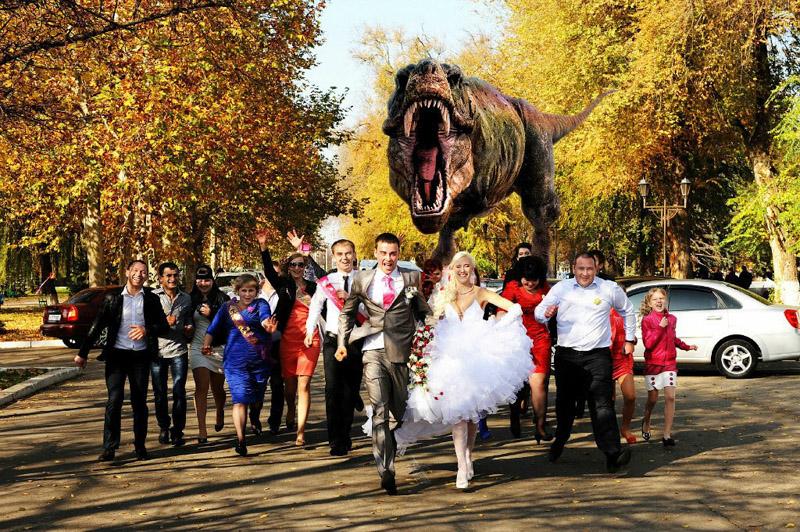 свадебное фото с динозаврами