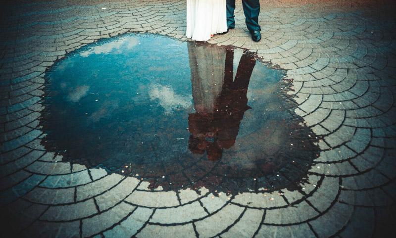 свадебное фото с отражением в воде